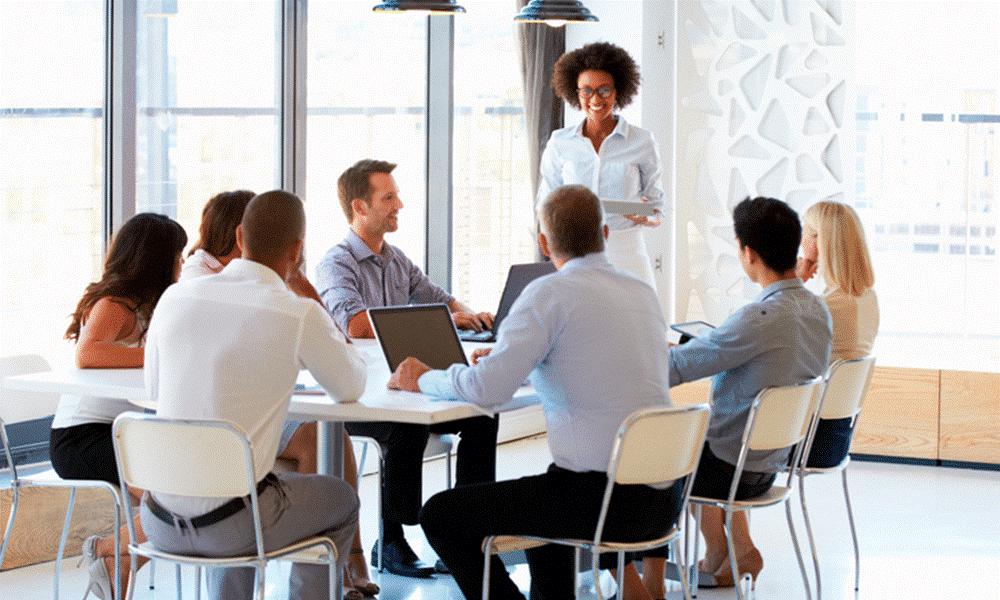 Pessoas em reunião em volta de uma mesa